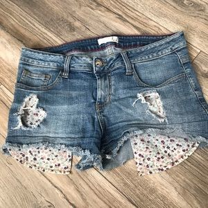 Distressed short shorts with patterned pockets